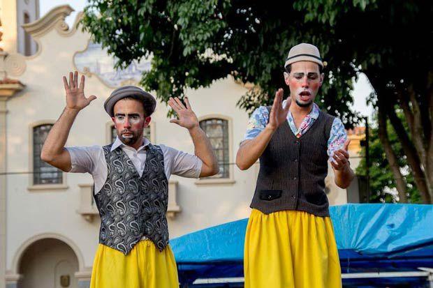 Artistas querem comprar Kombi chamada Iracema e viajar pelo país (Foto: Adib Valentin)