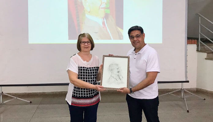 Reinaldo entrega desenho do Seu Zé do Cinema à Shirlei Aparecida dos Santos (Foto: Assessoria de Imprensa da PMI)