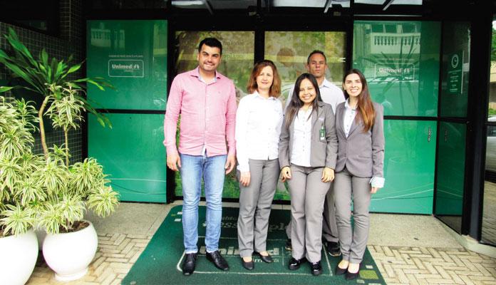 Stanlei com representantes da Unimed: Cristiane (gerência de provimentos), Carlos (eventos), Fernanda e Suellen (responsabilidade socioambiental) (Foto: Divulgação)