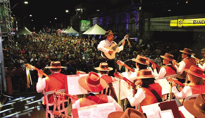 A Orquestra Paulistana de Viola Caipira, regida pelo Maestro Rui Torneze, é composta por 30 violeiros (Foto: Divulgação)