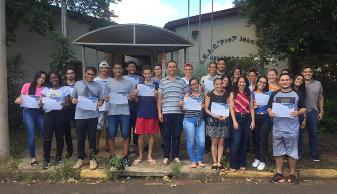 Vice-prefeito Messias entrega certificado a jovens do Time do Emprego (Foto: Divulgação)