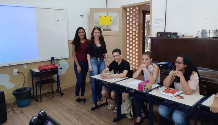 Fabíola Siqueira, do Banco do Povo, e Ronalda Marafon, do PAT, em visita aos alunos (Foto: Divulgação)