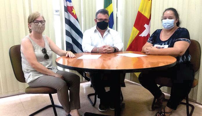 Escolástica Bonin Denardi (coordenadora de Educação), prefeito Fábio Zuza e Geseli Alves da Silva (coordenadora de Saúde) (Foto: Divulgação)