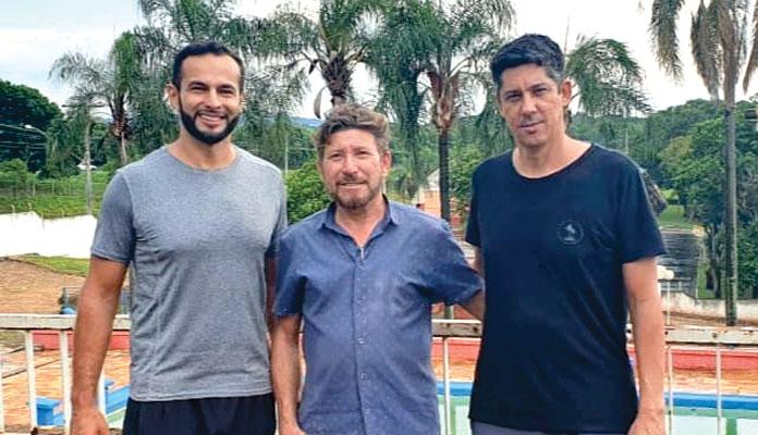 João Cleber, proprietário da Tribos, presidente do Creci  Belão e o professor  de natação Robson Possatto (Foto: Divulgação)