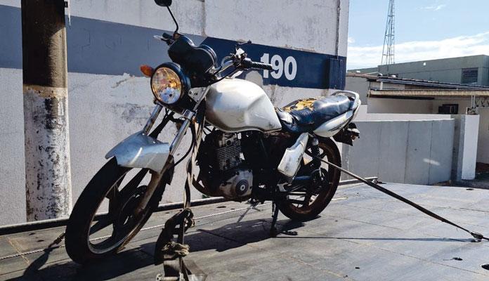 Eles usaram a moto para roubar uma bolsa feminina (Foto: G1 – Piracicaba)