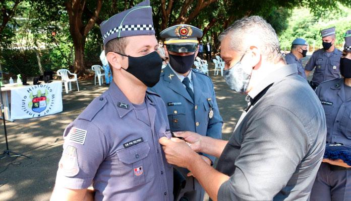 """Cabo PM Delfino recebeu a medalha """"Combatentes da Força Pública"""""""