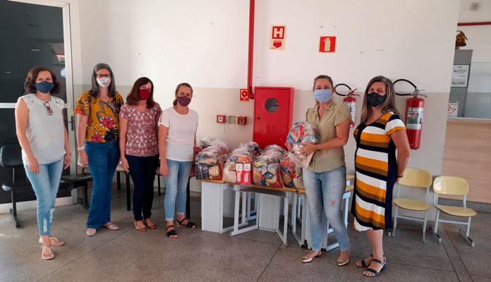 Prefeita participou da entrega com a equipe da escola Denise Faulborn Denardi, coordenadora de Educação e presidente do Conselho de Alimentação (Foto: Divulgação)