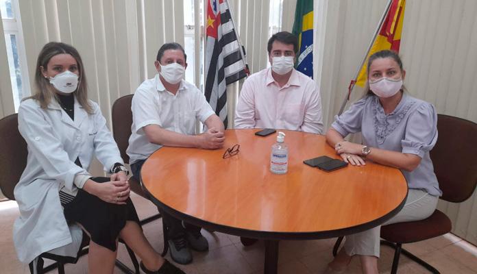 Prefeita falou acompanhada dos médicos Damiana Bérgamo e Marco Dalfré, e do coordenador de Saúde, Juvenal Chiochetti (Foto: Divulgação)