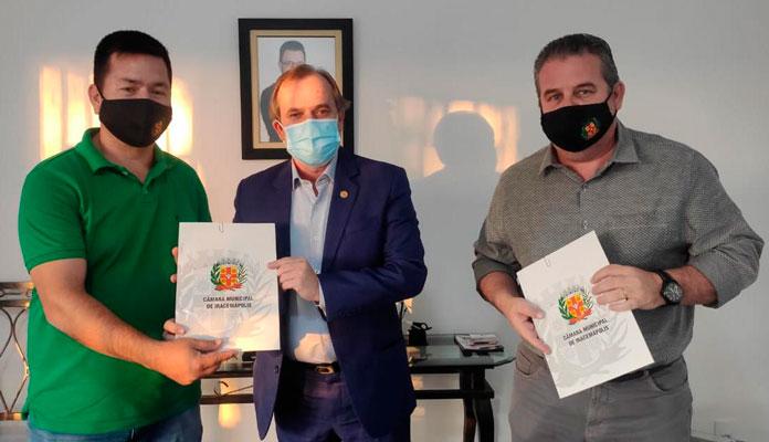 Deputado recebeu vereadores Ralf e Bráulio e se comprometeu com demandas para o município (Foto: Divulgação)