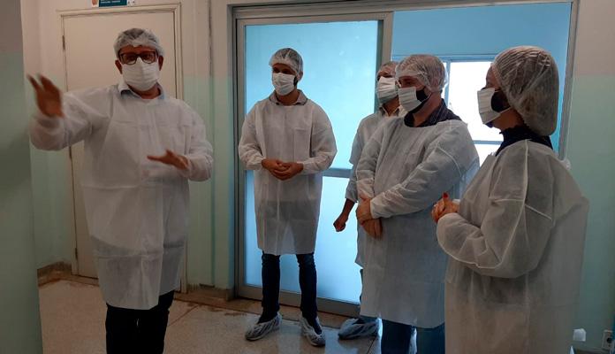 Jean Ferreira, Valdenito Almeida e Claudinho Cosenza foram acompanhados do coordenador Juvenal Chiochetti e da prefeita Nelita Michel (Foto: Divulgação)