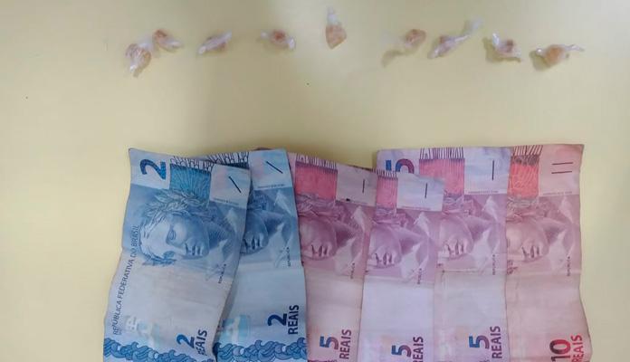 Foi encontrado um flaconete com substância semelhante a cocaína e R$ 43 (Foto: Divulgação)