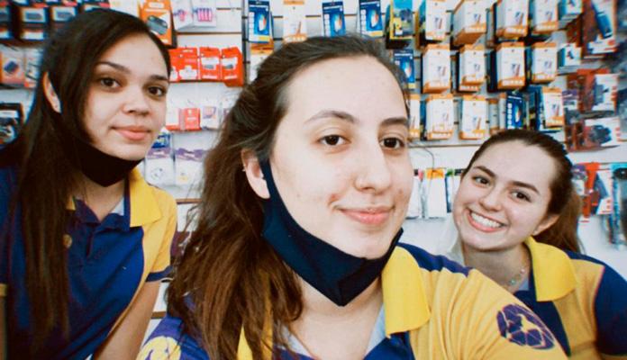 Lilian, Julia e Larissa são responsáveis pelos vídeos de divulgação da loja (Foto: Arquivo Pessoal)