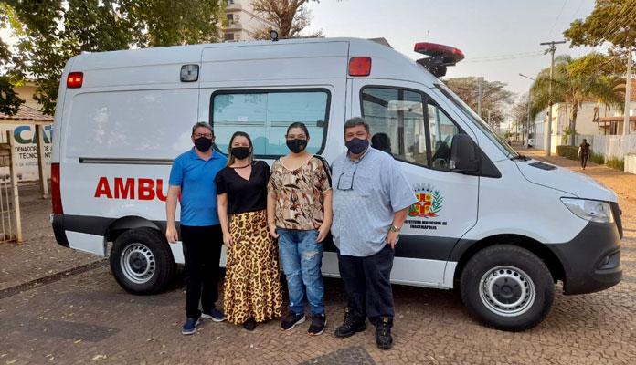Nelita, Vice Chicão, Juvenal, e Mariele Zuzi, diretora de transporte posam com nova ambulância (Foto: DIvulgação)