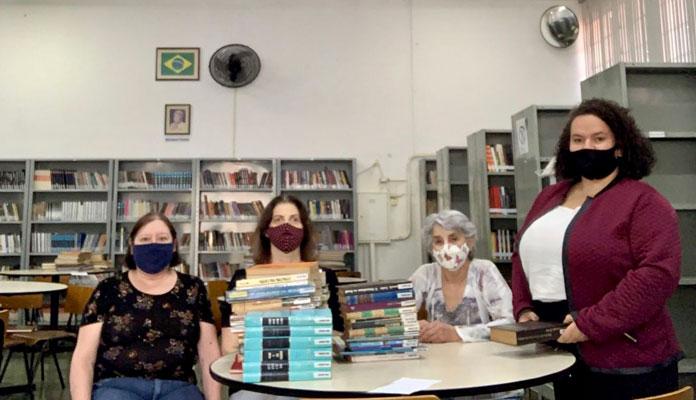 Equipe responsável pela biblioteca convida leitores para visitarem acervo do local (Foto: Divulgação)