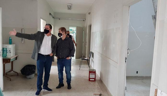 Juvenal e Claudinho visitam obras no pronto atendimento municipal (Foto: Divulgação)