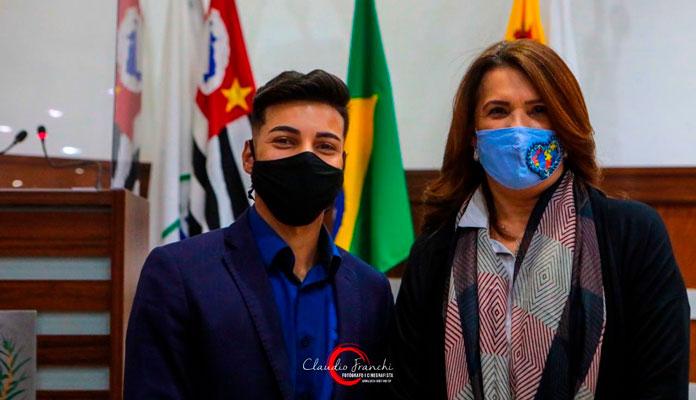 A convite do vereador Gesiel, Valéria participou de encontro na Câmara Municipal (Foto: Divulgação)
