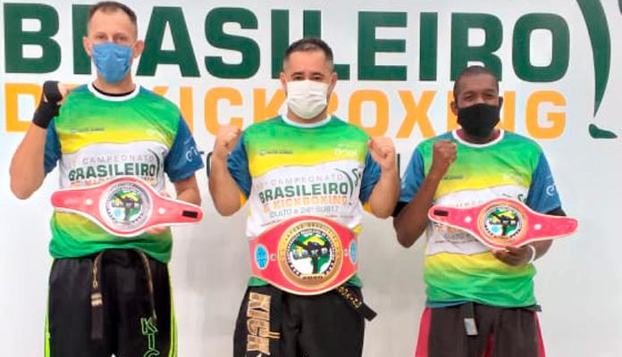 Deivid segura cinturões conquistados no torneio (Foto: Arquivo Pessoal)
