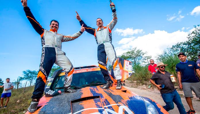 Fabio e Marcos Moraes são bicampeões do Rally dos Sertões (Foto: Divulgação)