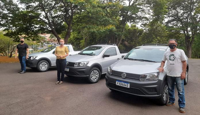 Nelita recebeu os veículos com Marcelo Menezes e Mauro de Paula, ambos do setor; carros são alugados (Foto: Divulgação)
